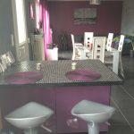 Decoration salon violet et blanc