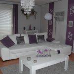 Décoration salon gris blanc violet