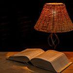Lampe de chevet et livre